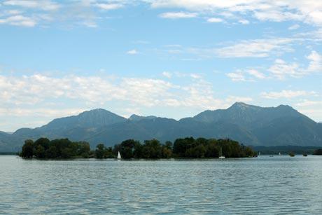 Krautinsel - mit Sicht auf die Chiemgauer Berge